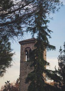 Keskiaikainen torni puiden lomassa